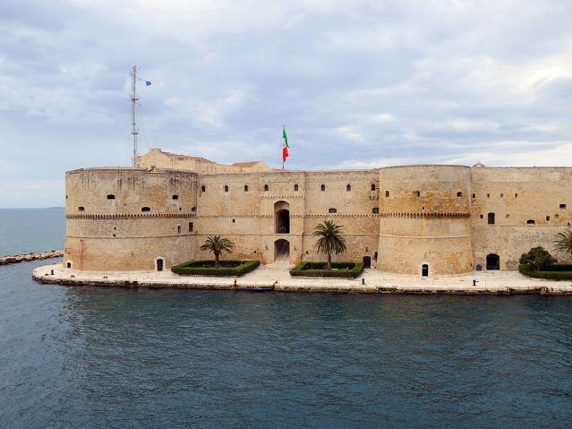 castello aragonese taranto it.wikipedia.org/wiki/castello_aragonese_(taranto)#/media/file:castello_aragonese_(taranto)_2015.jpg