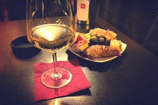 bar monti aperitivo roma monti rione vino cocktail sfizi cornettini olive mini guida ai migliori aperitivi di roma quartiere per quartiere