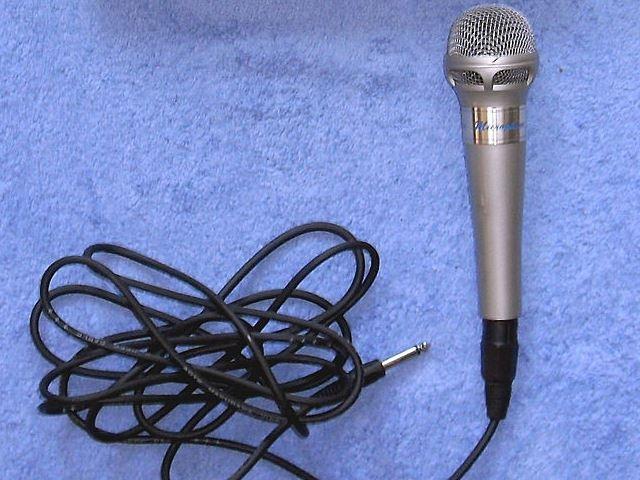 microfono karaoke live music  https://commons.wikimedia.org/wiki/file:01-karaoke-mikro-set.jpg