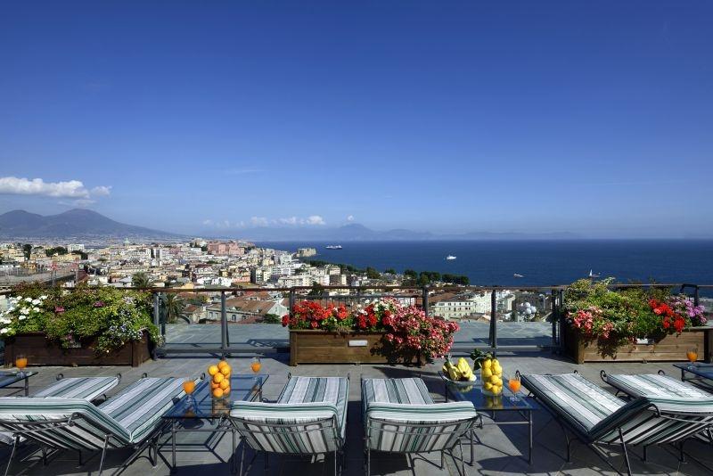 Aperitivo sulle terrazze degli alberghi di Napoli