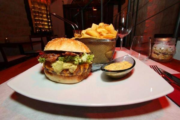 percorsi burgers & cocktails trastevere nuovi abbinamenti menù estate 2016 via della luce hamburger cocktails freschi maionese lime menta