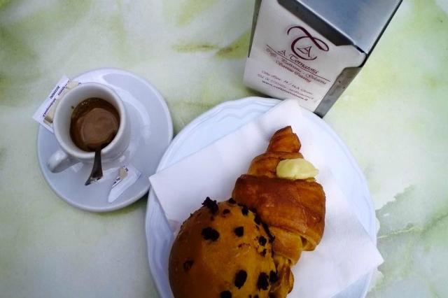tornatora cornetto caffè colazione a roma migliori colazioni cornetto con crema lieviti bar bancone in piedi