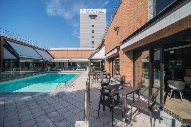 Aperitivo, cena e brunch in piscina a Milano