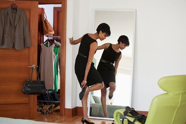 cosa fanno ragazze davanti allo specchio cambiare scarpe