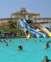 Enormi scivoli ed enormi piscine con le onde 2night eventi - Piscine con scivoli ...
