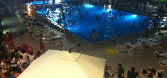 Schiuma party in piscina a villasport 2night eventi torino for Party in piscina